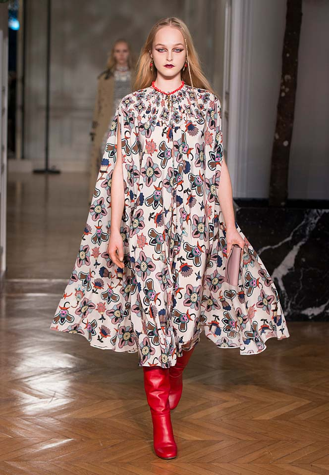 valentino-fw17-rtw-fall-winter-2017-18-collection (16)-printed-dress-flowy-sleeves-red-boots