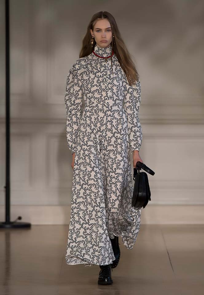 valentino-fw17-rtw-fall-winter-2017-18-collection (2)-white-printed-gown-sleeves-bag