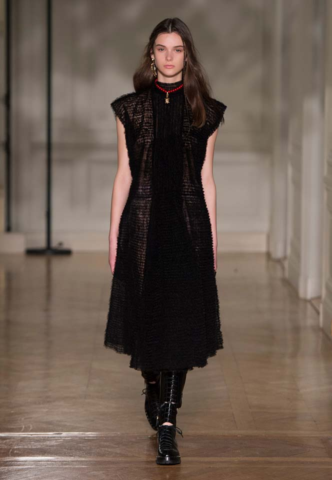 valentino-fw17-rtw-fall-winter-2017-18-collection (39)-black-dress