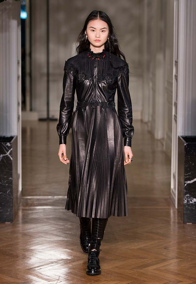 valentino-fw17-rtw-fall-winter-2017-18-collection (42)-black-leather-jacket