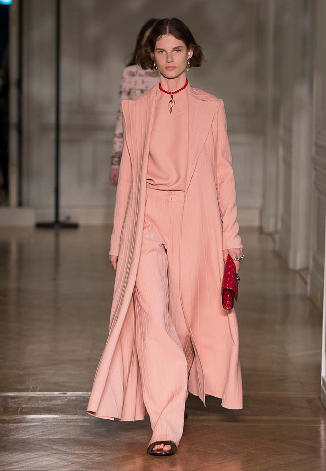 valentino-fw17-rtw-fall-winter-2017-18-collection (48)-salmon-pink-suit-long-coat-red-bag