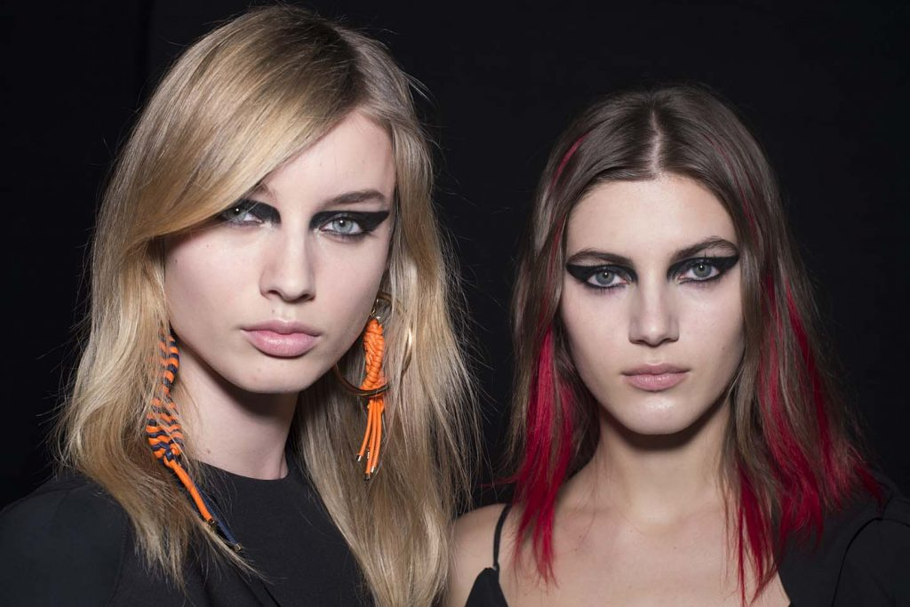 versace-fw17-rtw-fall-winter-2017-backstage-beauty-makeup-looks (13)-red-streaks