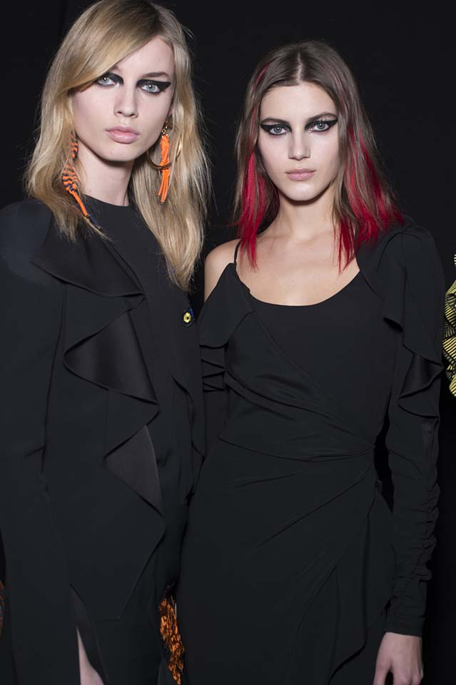 versace-fw17-rtw-fall-winter-2017-backstage-beauty-makeup-looks (14)-black-dress