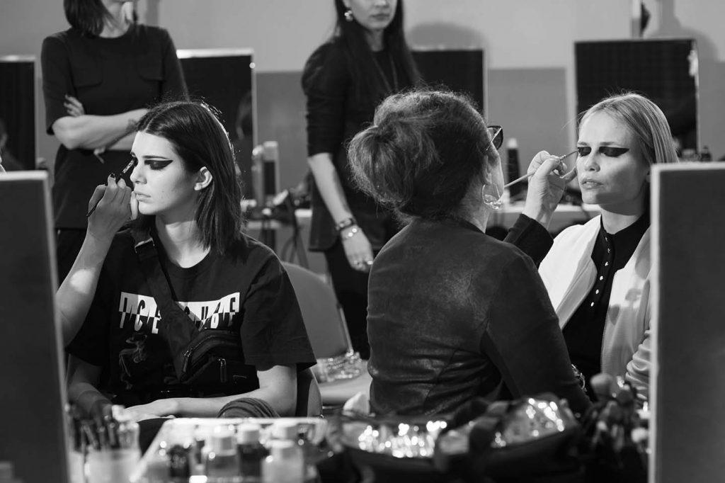 versace-fw17-rtw-fall-winter-2017-backstage-beauty-makeup-looks (165)