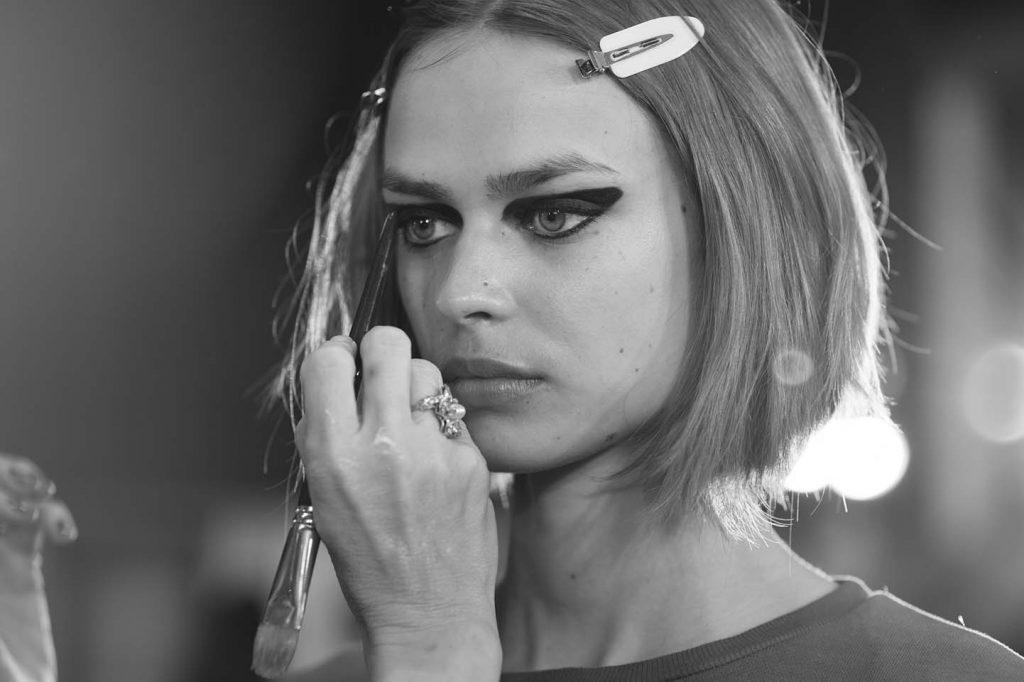 versace-fw17-rtw-fall-winter-2017-backstage-beauty-makeup-looks (172)