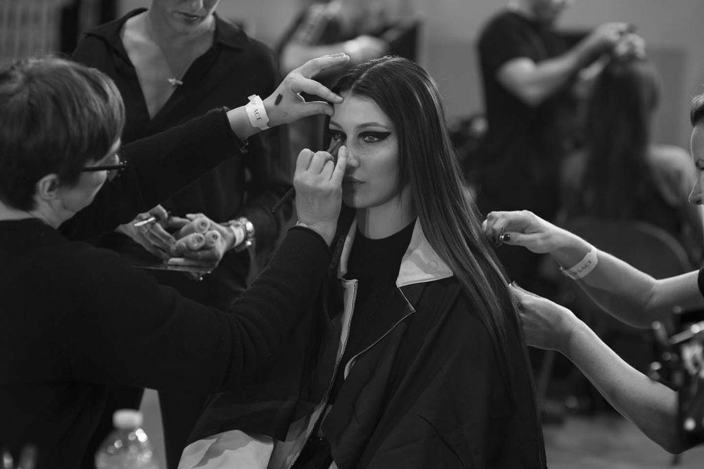 versace-fw17-rtw-fall-winter-2017-backstage-beauty-makeup-looks (174)