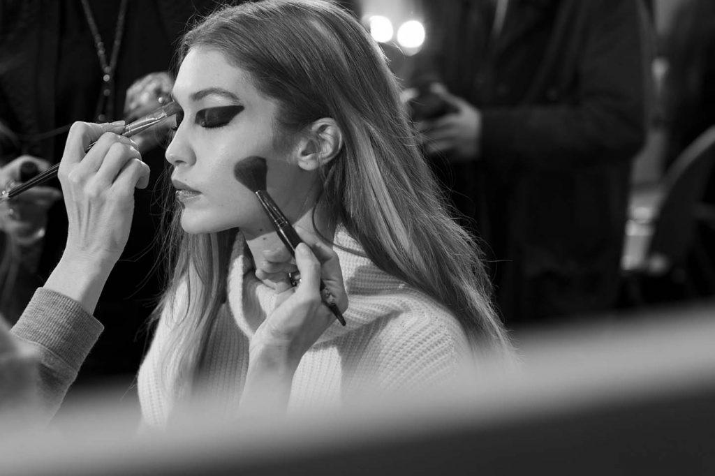 versace-fw17-rtw-fall-winter-2017-backstage-beauty-makeup-looks (182)