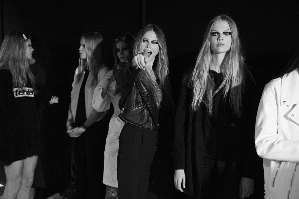 versace-fw17-rtw-fall-winter-2017-backstage-beauty-makeup-looks (193)