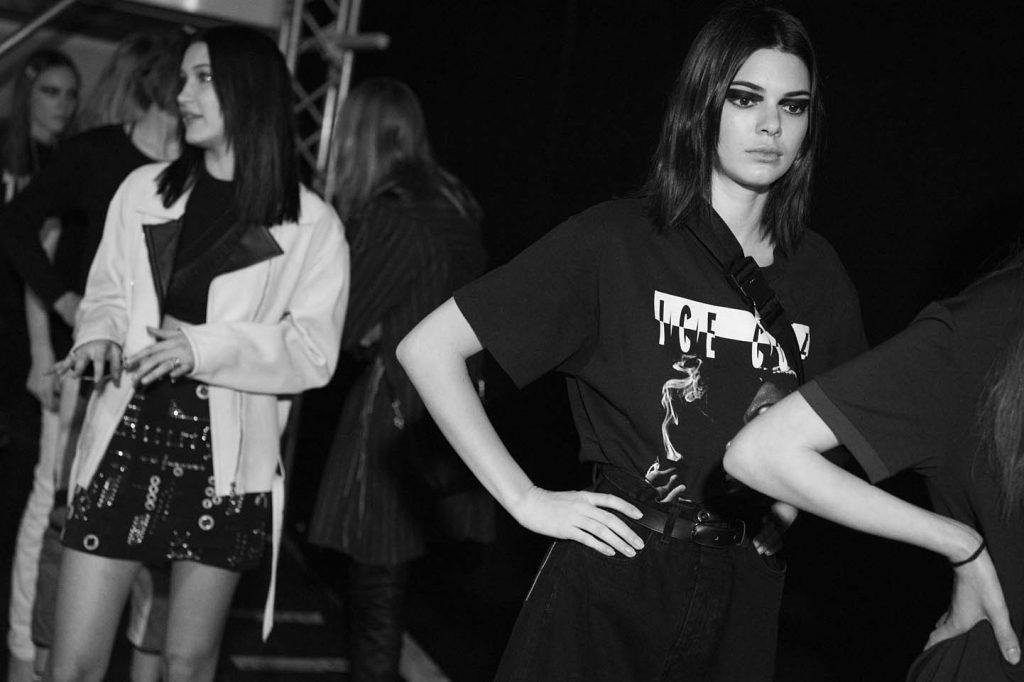 versace-fw17-rtw-fall-winter-2017-backstage-beauty-makeup-looks (194)-kendall-jenner