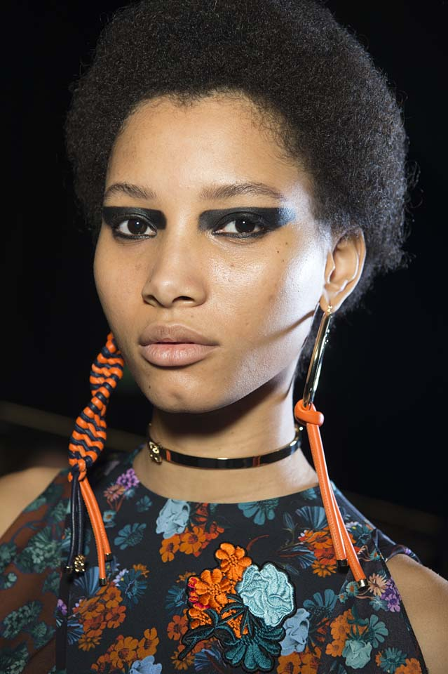 versace-fw17-rtw-fall-winter-2017-backstage-beauty-makeup-looks (4)