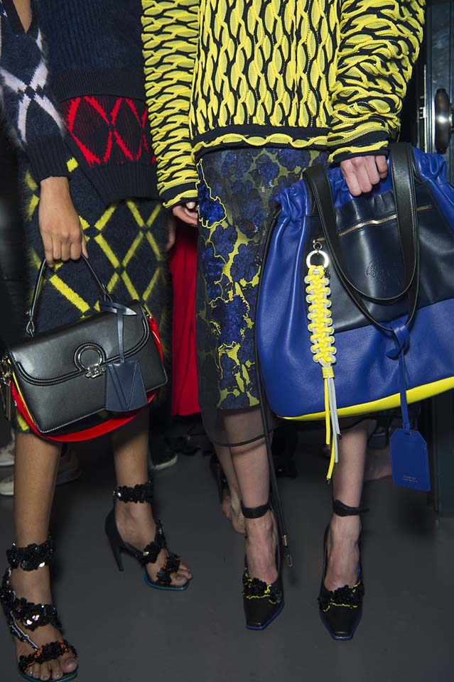 versace-fw17-rtw-fall-winter-2017-backstage-beauty-makeup-looks (40)-bags