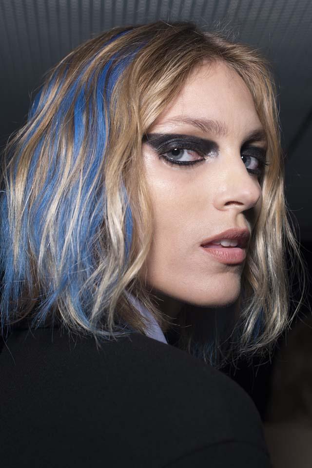 versace-fw17-rtw-fall-winter-2017-backstage-beauty-makeup-looks (9)-blue-streaks