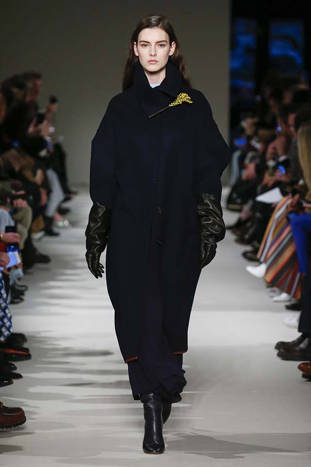 victoria-beckham-fw17-rtw-fall-winter-2017-18-collection (12)-gloves-blue-coat