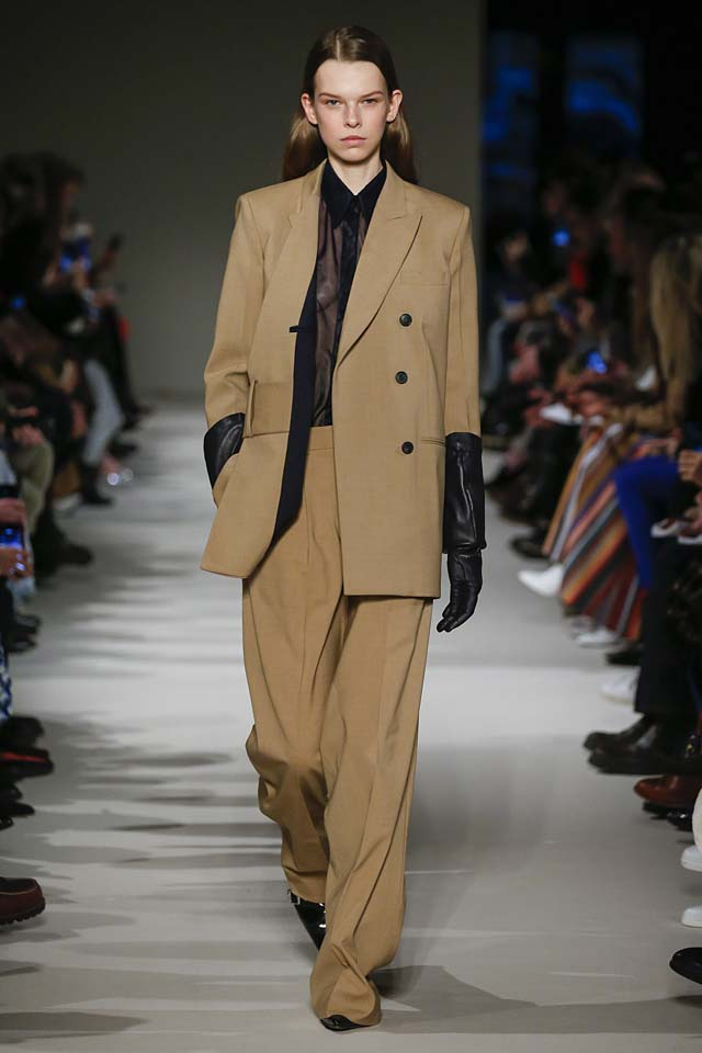 victoria-beckham-fw17-rtw-fall-winter-2017-18-collection (15)-brown-suit-gloves