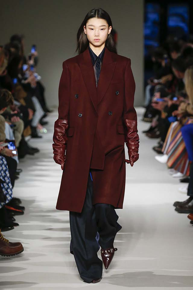 victoria-beckham-fw17-rtw-fall-winter-2017-18-collection (29)-maroon-coat-suit-gloves