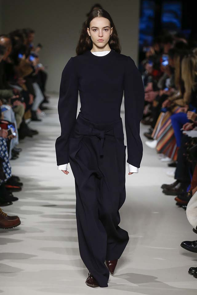 victoria-beckham-fw17-rtw-fall-winter-2017-18-collection (33)-sweater-flared-trousers