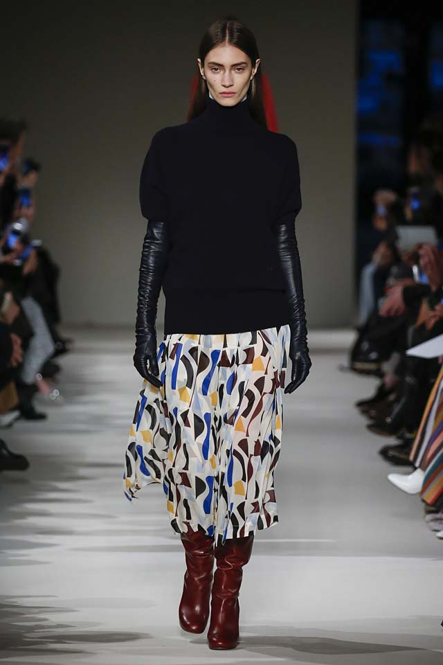 victoria-beckham-fw17-rtw-fall-winter-2017-18-collection (9)-printed-skirt-long-gloves