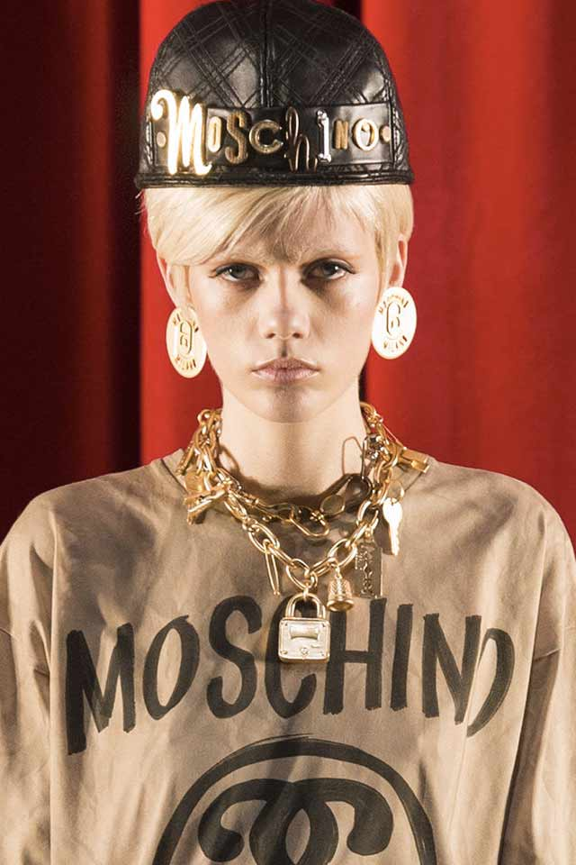 chain-necklace-latest-jewelry-trends-for-fall-2017-gold-moschino