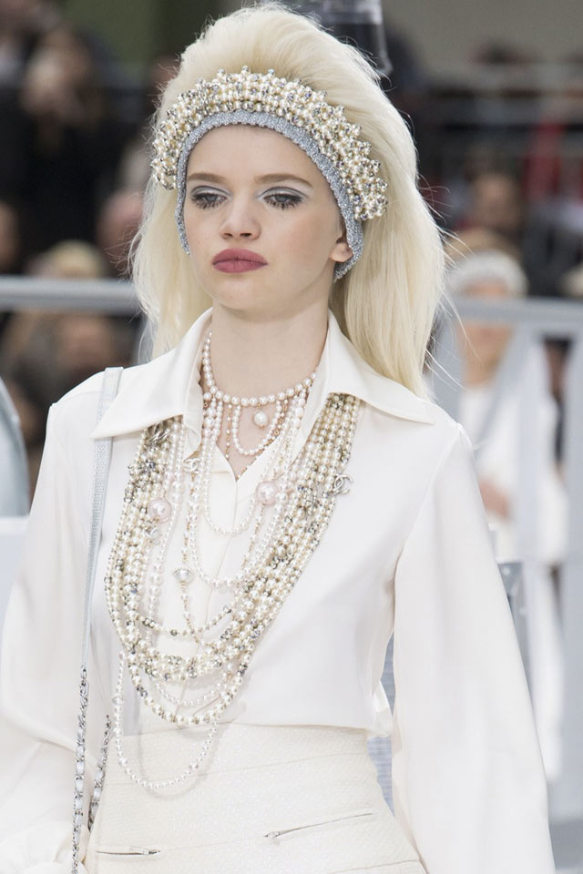 chanel-latest-fashion-jewelry-fw17-pearl-necklace-layered
