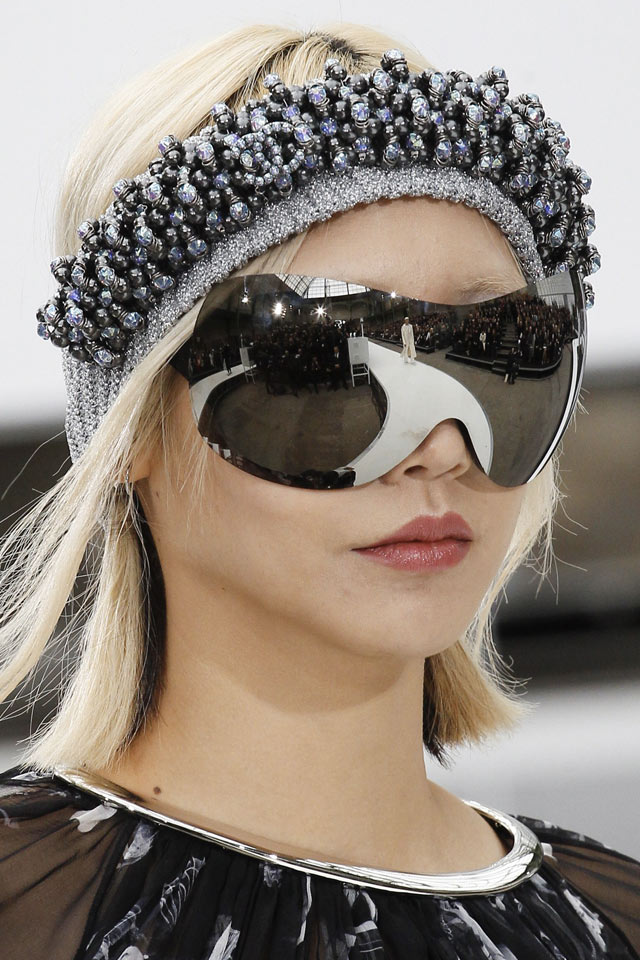 chanel-oversized-latest-trends-in-sunglassed-silver-metallic-blade-fw17-style