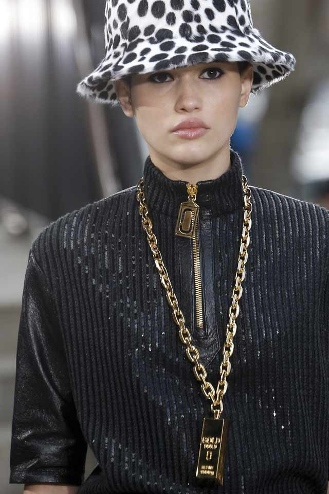 fall-jewellery-trends-2017-latest-long-chain-necklace-gold-pendant-marc-jacobs