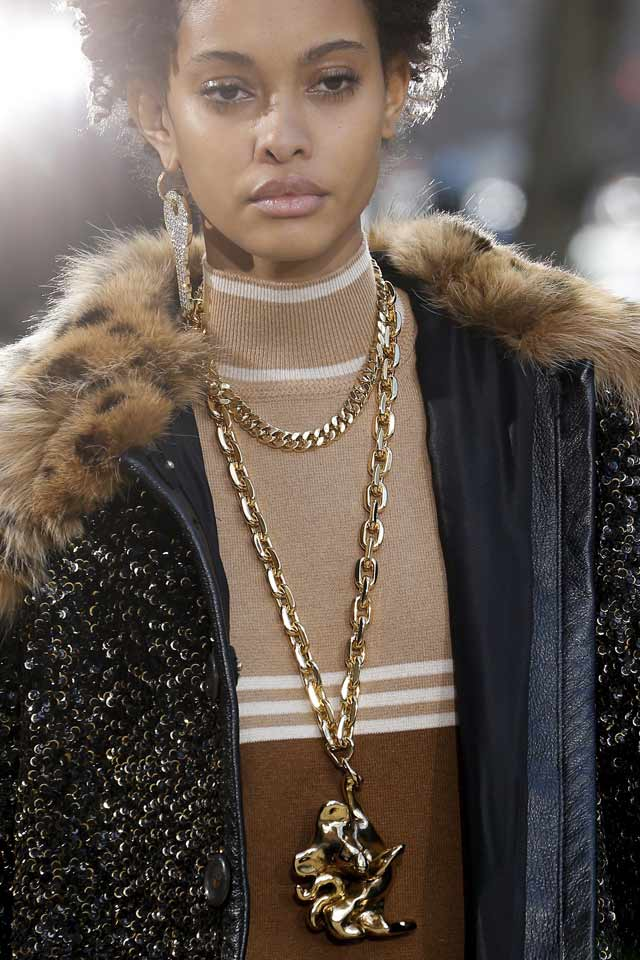 fall-jewelry-trends-latest-2017-long-chain-necklace-huge-pendant-marc-jacobs