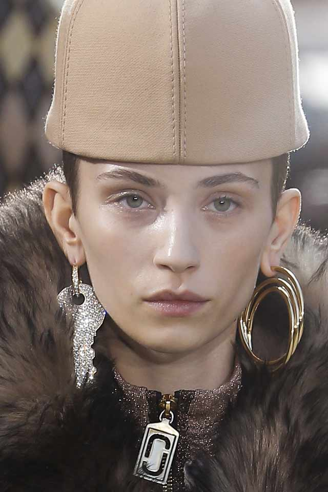 marc-jacobs-fall-winter-2017-latest-jewelry-trends-different-earrings-key-round-gold