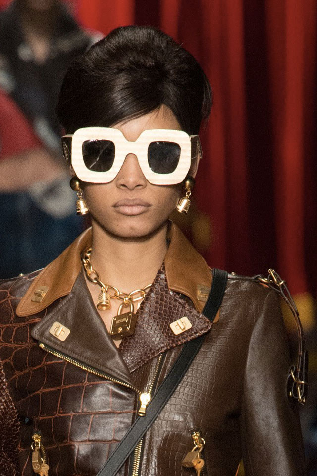 trends-in-sunglasses-2017-fall-winter-recangular-white-frame-black-lens-moschino