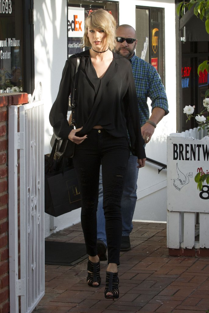 Taylor-Swift-how-to-wear-skinny-jeans-fashion-style-black-top-2017-18