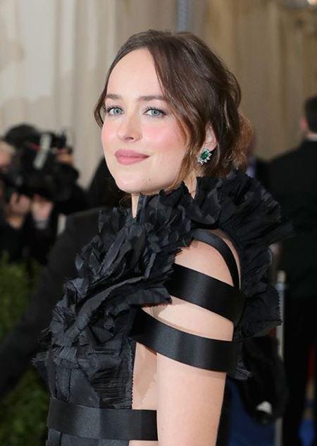 met-gala-2017-celebrity-fashion-makeup-beauty-looks-black-cut-outs-rufflesdakota-johnson-gucci