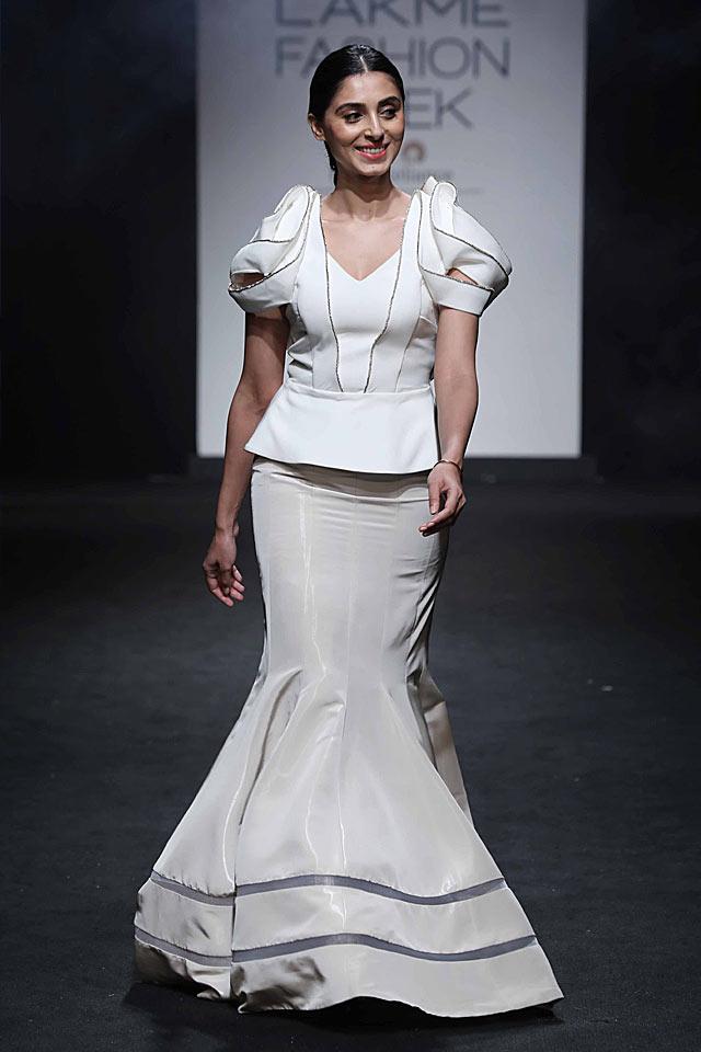 pernia-qureshi-pinakin-lakme-fashion-week-indian-long-skirts-white-peplum-top