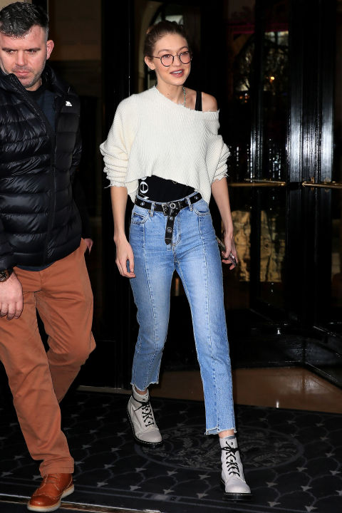 ways-to-wear-skinny-jeans-celeb-gigi-hadid-white-asymmetric-tee-belt-2017