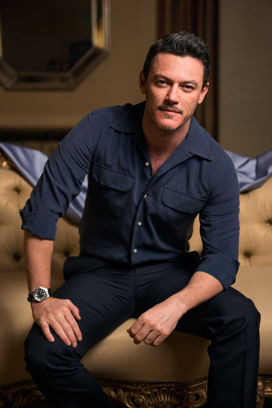 Luke-Evans--latest-hollywood-hairstyles-2017-top-best-mens-guys