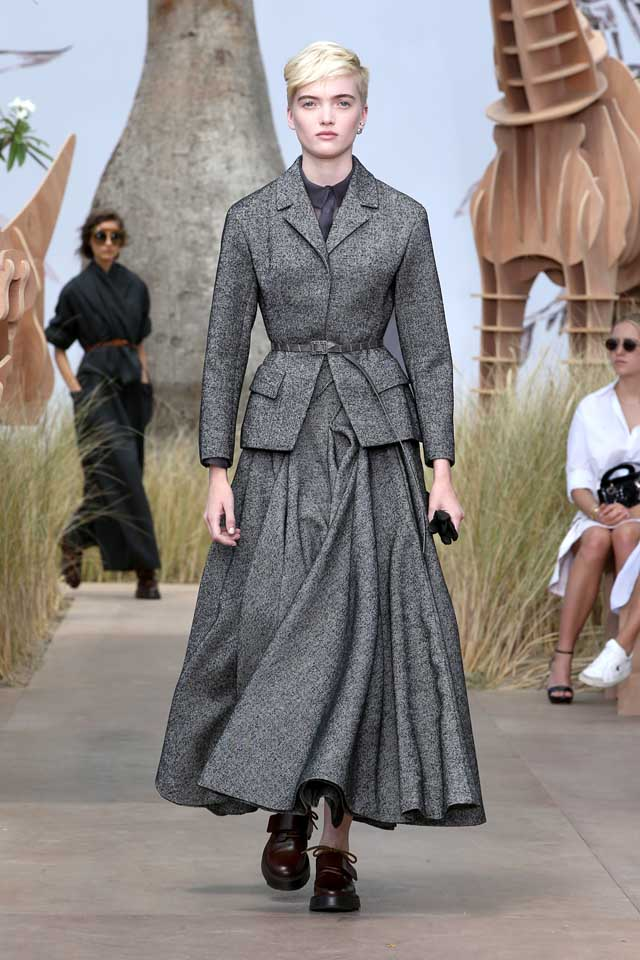 DIOR_Haute Couture-AW2017-fall-winter-2017-dresses (1)-jacket-skirt-belt-grey-color-shoes-bob-cut