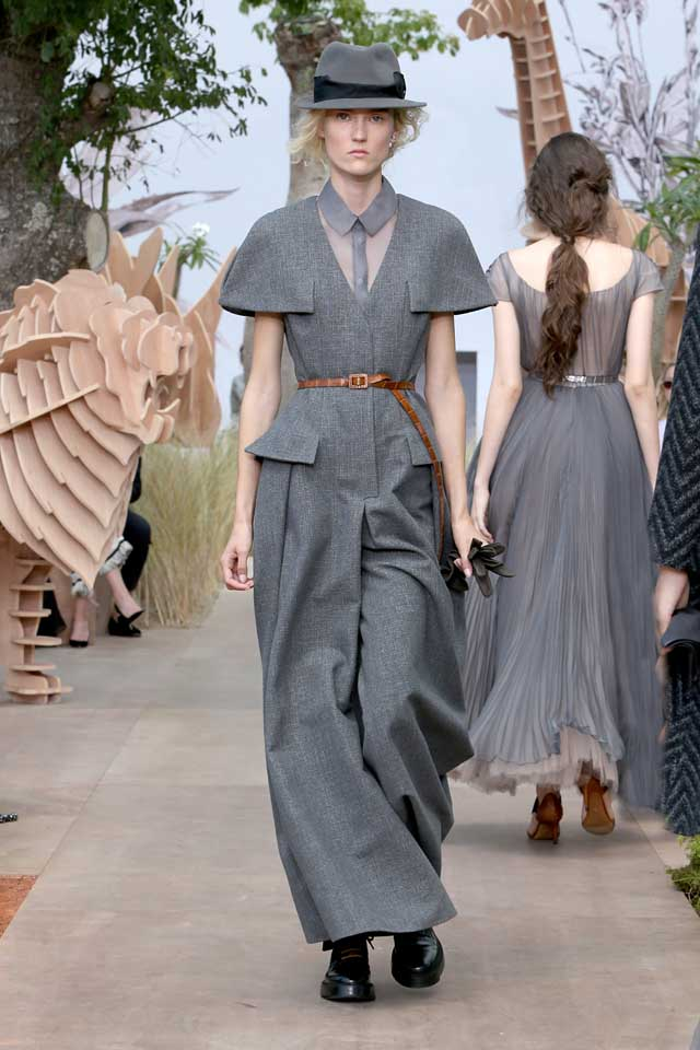 DIOR_Haute Couture-AW2017-fall-winter-2017-dresses (10)-grey-collared-jumpsuit-brown-belt-cap-black-shoes