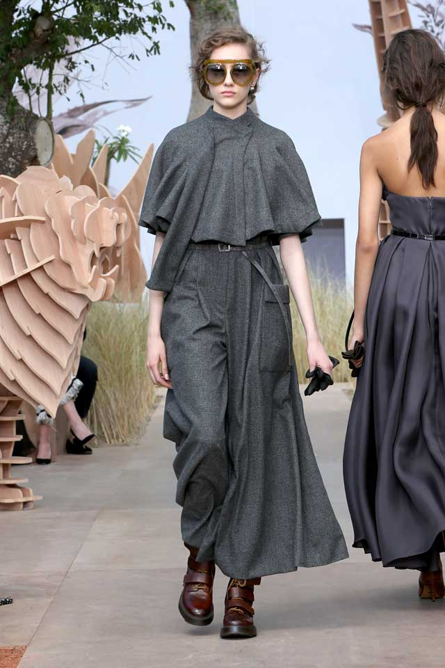 DIOR_Haute Couture-AW2017-fall-winter-2017-dresses (13)-grey-cape-top-loose-pants-sunglasses-boots