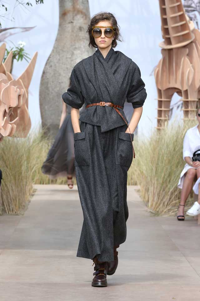 DIOR_Haute Couture-AW2017-fall-winter-2017-dresses (2)-tan-brown-belt-drape-top-loose-pants-dark-grey