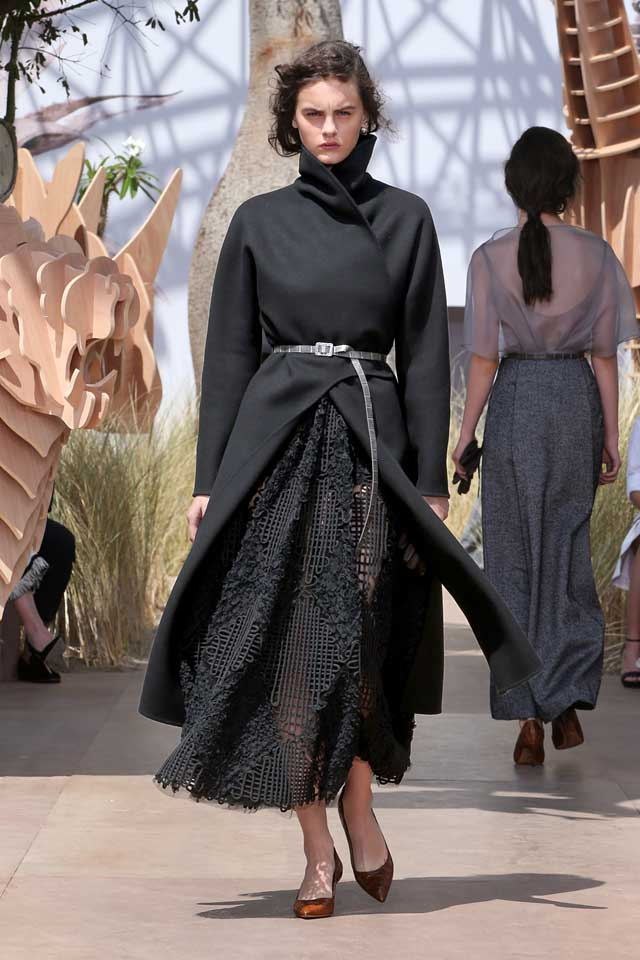 DIOR_Haute Couture-AW2017-fall-winter-2017-dresses (23)-black-coat-knitted-dress-metallic-belt-heels