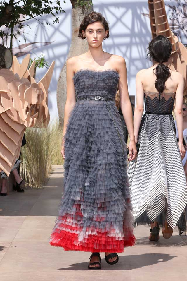 DIOR_Haute Couture-AW2017-fall-winter-2017-dresses (29)-strapless-ruffled-belt-sandals