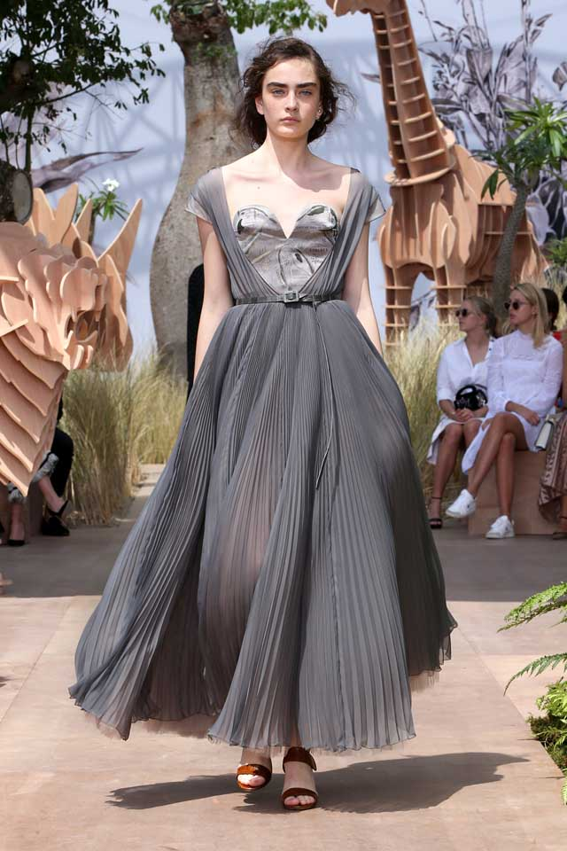 DIOR_Haute Couture-AW2017-fall-winter-2017-dresses (3)-plunging-v-neck-ruffled-grey-gown-belt-sandals