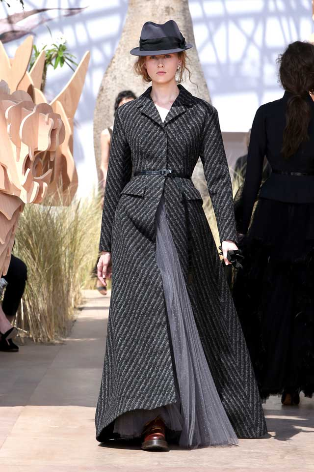 DIOR_Haute Couture-AW2017-fall-winter-2017-dresses (32)-black-slit-top-grey-skirt-cap-belt