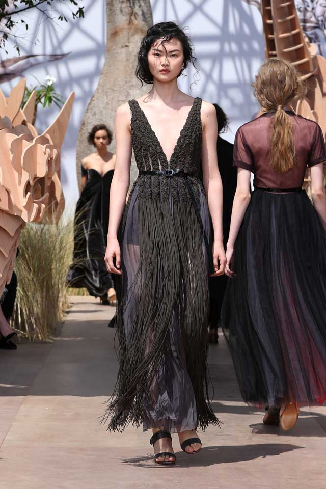 DIOR_Haute Couture-AW2017-fall-winter-2017-dresses (33)-plunging-v-neckline-sleeveless-dark-grey-fringes