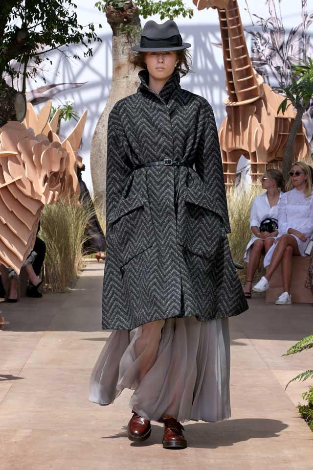 DIOR_Haute Couture-AW2017-fall-winter-2017-dresses (4)-black-coat-shoes-cap-belt