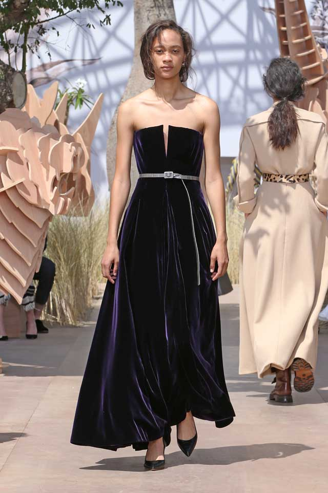 DIOR_Haute Couture-AW2017-fall-winter-2017-dresses (52)-strapless-plunging-v-velevet-gown-heels