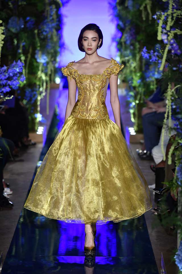 Guo Pei FW17-18 Couture-fall-winter-2017 (4)-motifs-off-shoulder-maxi-gown