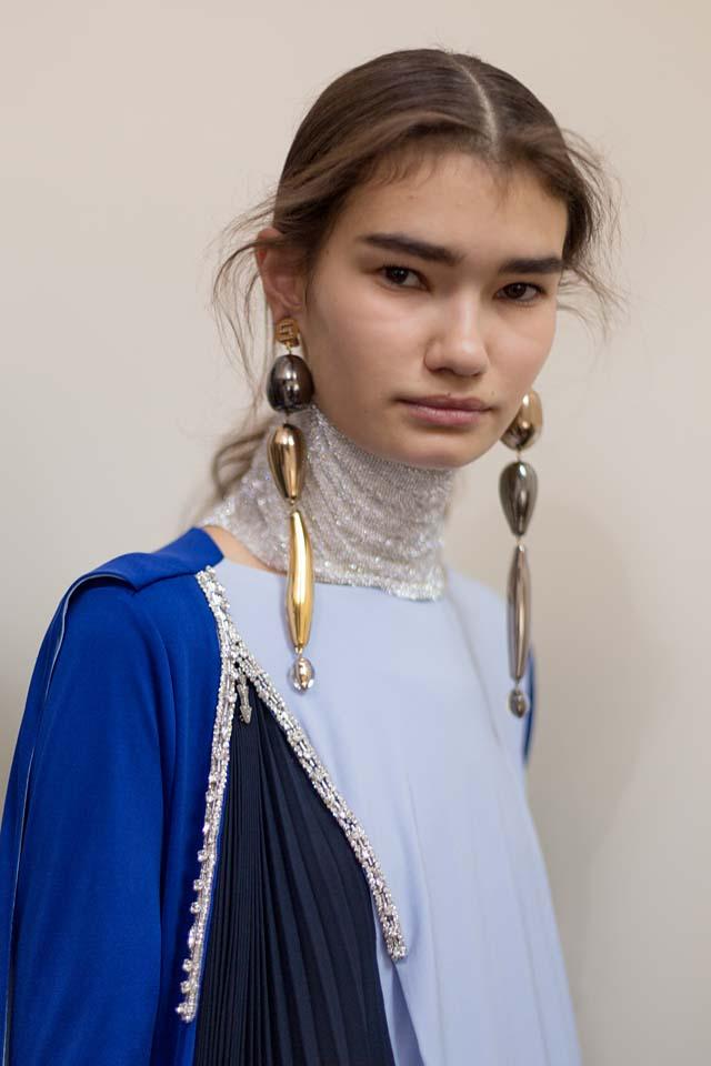 Schiaparelli-fall-winter-2017-18-couture-fw17-beauty (7)-silver-choker