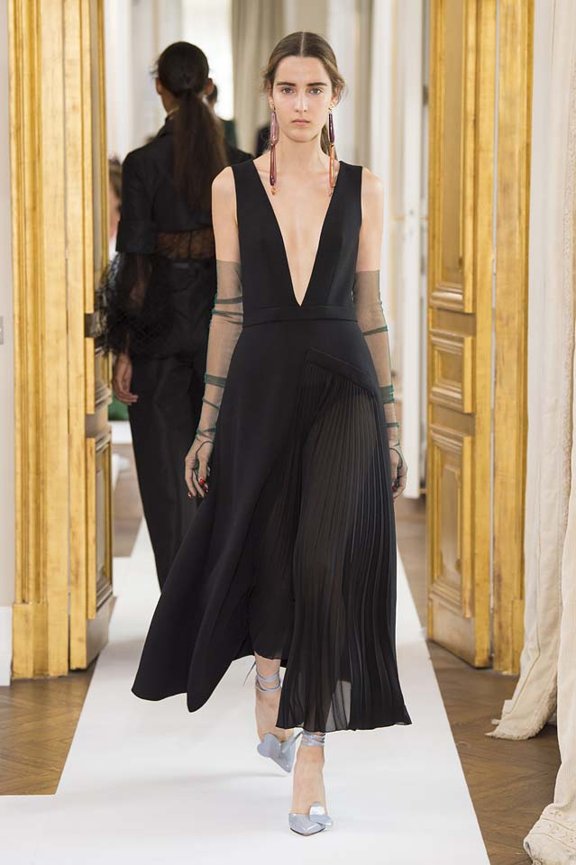 Schiaparelli-fall-winter-2017-fw17-couture (11)-plunging-neckline