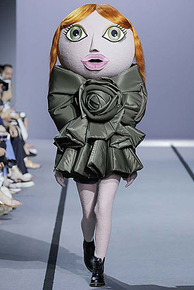 Viktor-Rolf-fall-winter-2017-haute-couture-collection-dress-1-olive-green-action-dolls