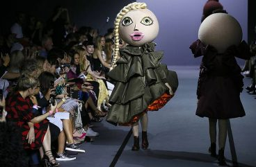 viktor-rolf-fall-winter-2017-couture-asymmetric-dress
