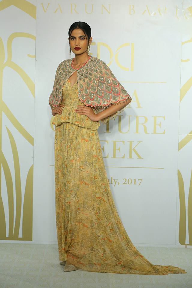 6-india-couture-week-ICW17-indian-designer-varun-bahl-embellished-poncho-gold-long-trail-dress